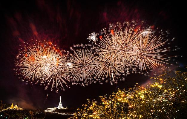 Colorido de fogos de artifício anuais no palácio real de khao wang em phetchaburi. iluminação no festival no parque histórico phra nakhon khiri ou khao wangphra. o colorido dos fogos de artifício da tailândia