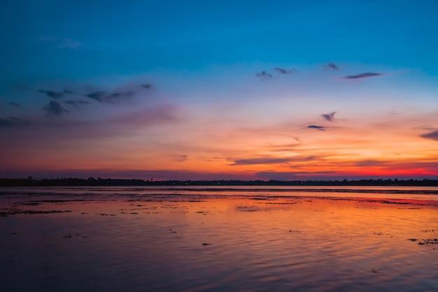 Colorido de paisagem rural rio no crepúsculo