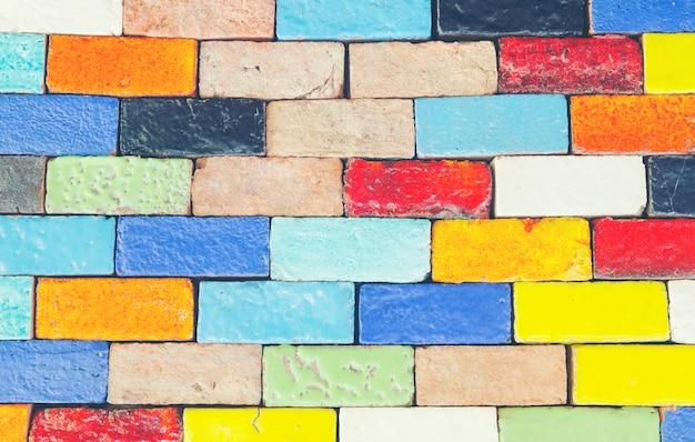 Colorido de telhas cerâmicas na parede.