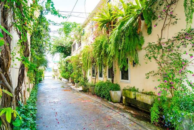 Colorido e bonito edifício antigo com árvores e plantas em songkhla, tailândia