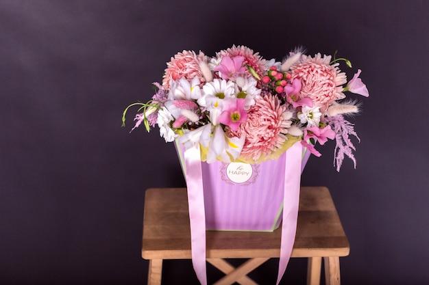 Colorido fresco buquê de flores sobre fundo preto isolado