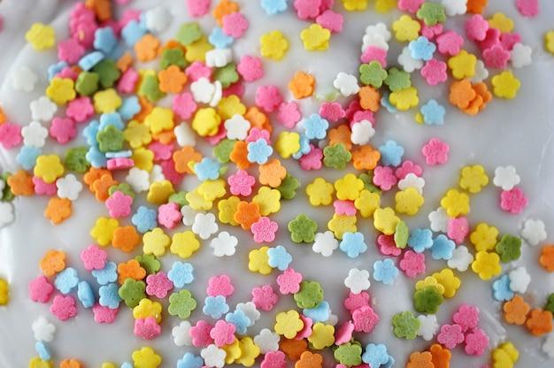 Colorido multicolorido em esmalte branco
