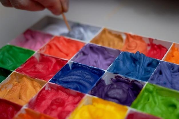 Colorido nos paladares para trabalho de arte, foco seletivo