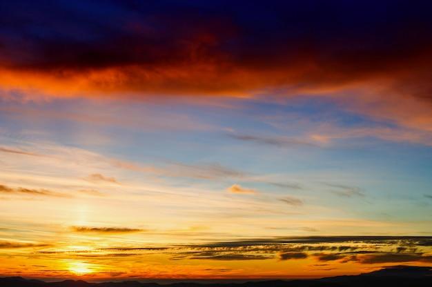 Colorido pôr do sol sobre as colinas de montanha