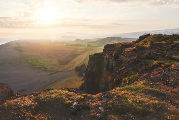 Colorido pôr do sol sobre as montanhas. vistas fantásticas da paisagem na islândia.