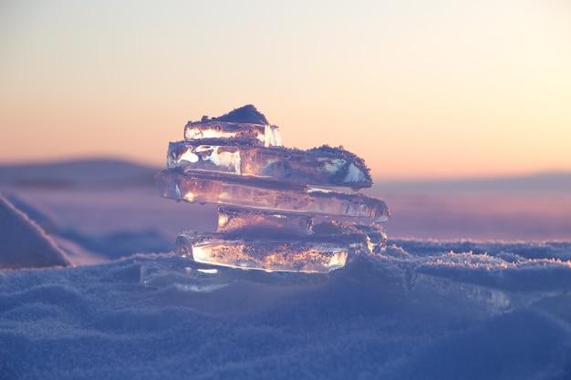 Colorido pôr do sol sobre o gelo de cristal do lago baikal