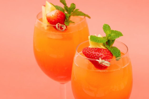 Colorido refrescante morango laranja nascer do sol coquetel bebidas nos copos
