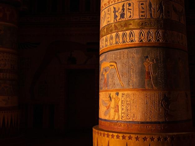 Coluna com gravuras egípcias