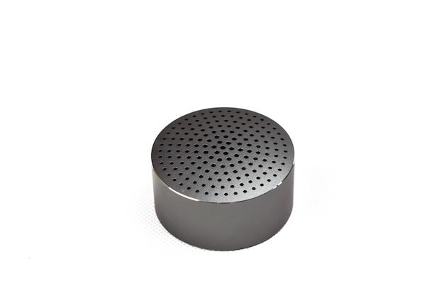 Coluna de áudio portátil em um fundo branco