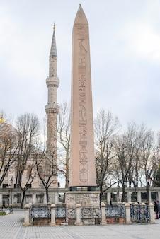 Coluna egípcia em uma praça em istambul.