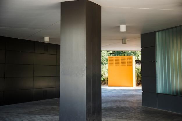 Coluna escura com cabana laranja
