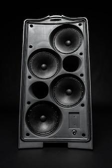 Coluna estéreo do sistema de áudio em fundo escuro