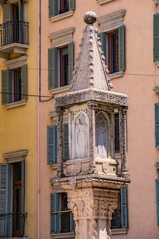 Coluna na piazza delle erbe, em verona, itália. esta coluna do século 14 tem relevos da virgem maria e dos santos zenão, cristóvão e pedro.