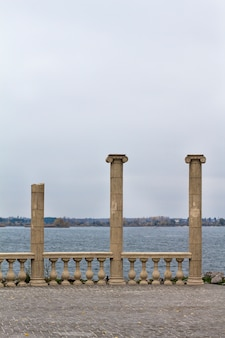 Colunas antigas à beira-mar