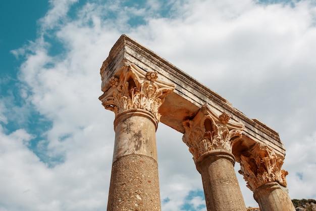 Colunas as ruínas da antiga cidade de éfeso contra o céu azul em um dia ensolarado.