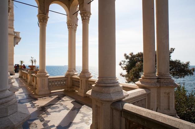 Colunas, castelo de miramare em trieste
