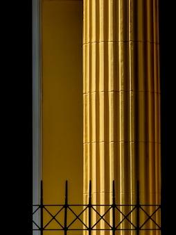 Colunas clássicas amarelas