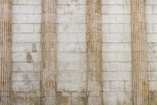 Colunas clássicas brancas e fundo da parede