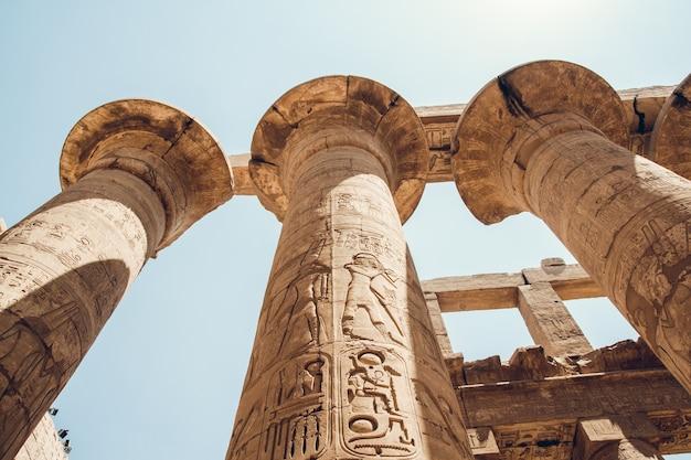 Colunas com hieróglifos no templo de karnak em luxor, egito. viajar por.