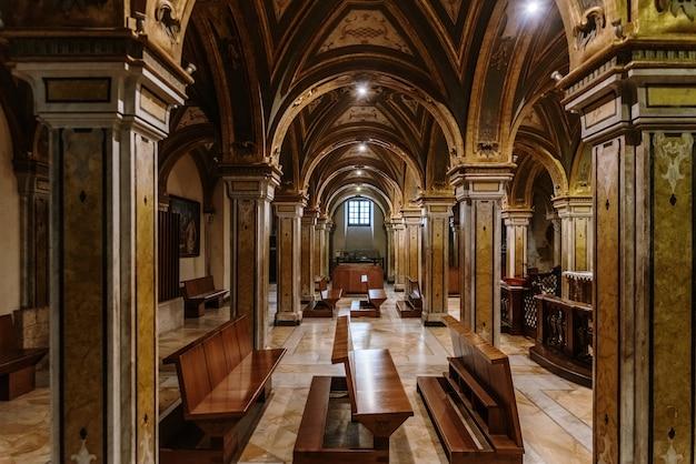 Colunas da cripta da catedral basílica de san sabino em bari.