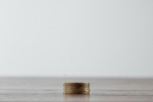 Colunas de moedas de ouro, pilhas de moedas dispostas em branco