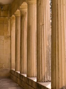 Colunas de pedra em corfu