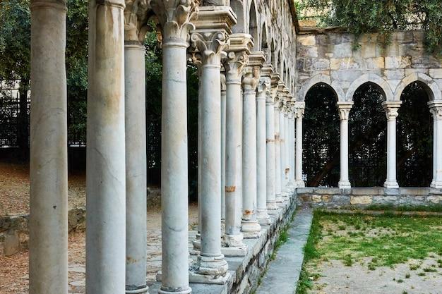 Colunas do mosteiro chiostro di sant'andrea em gênova (genova), itália