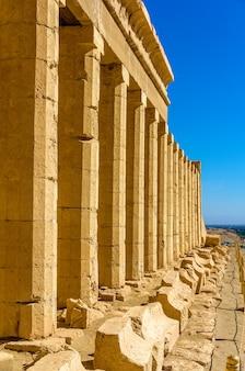 Colunas do templo de hatshepsut perto de luxor, egito