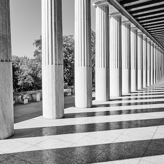 Colunas gregas clássicas, atenas, grécia. fotografia arquitetônica em preto e branco
