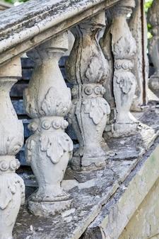 Colunas na velha escadaria.