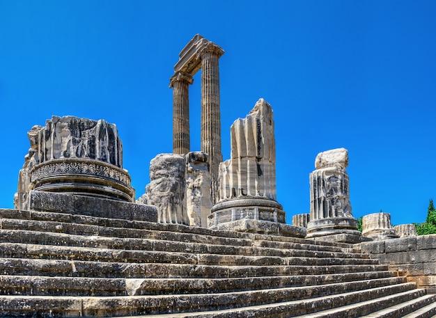 Colunas quebradas no templo de apolo em didyma, turquia