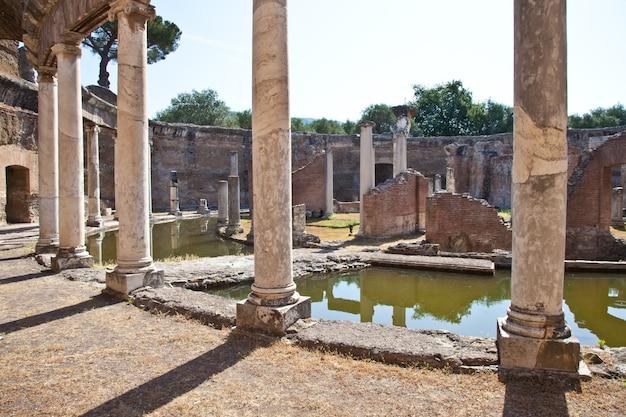 Colunas romanas em villa adriana, tivoli, itália