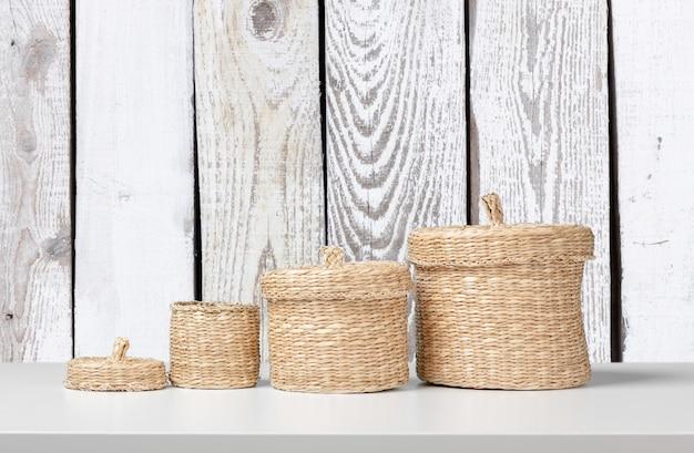 Com cestas vazias