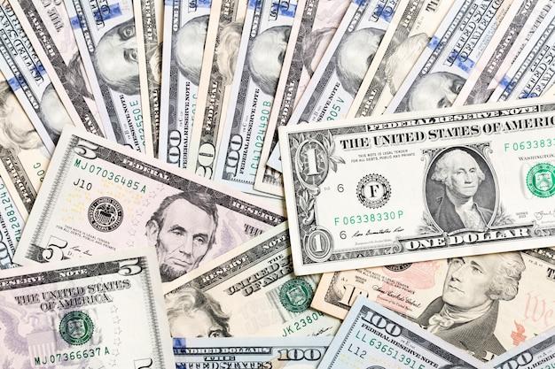 Com dinheiro americano cem notas de dólar, horizontais. vista superior do negócio em fundo com copyspace