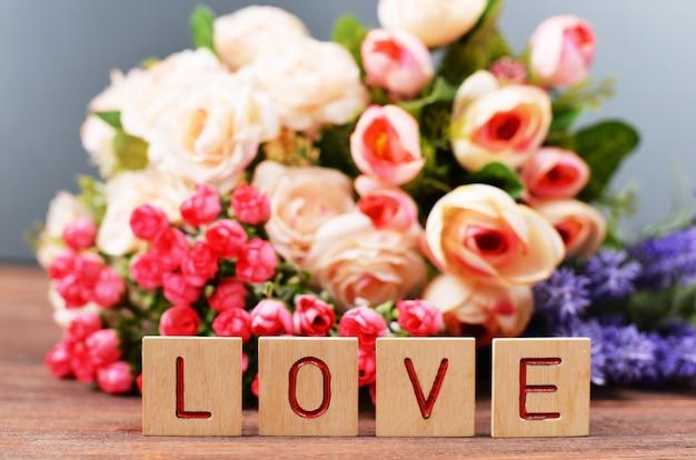 Com flores com caixa de presente no feriado dia dos namorados dia das mães com letras de madeira tex