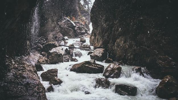 Com forte corrente fluindo pelas rochas