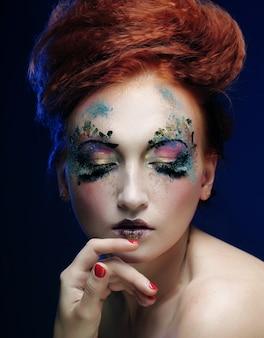 Com maquiagem brilhante colorida