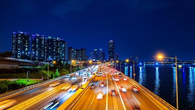 Com trânsito noturno em seul e paisagem urbana, coreia do sul
