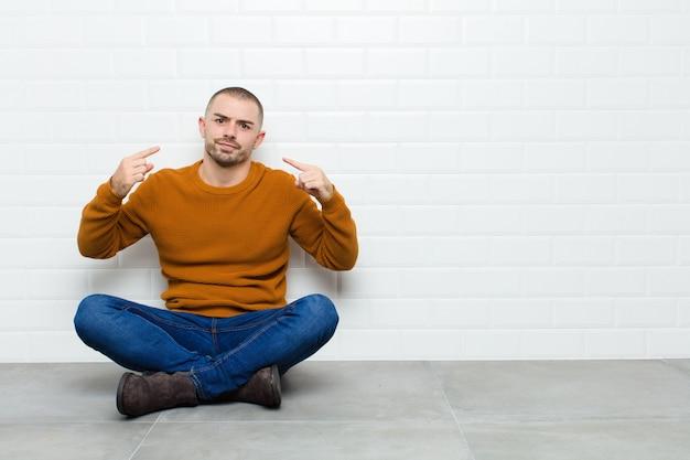 Com uma atitude ruim, olhando orgulhoso e agressivo, apontando para cima ou fazendo sinal divertido com as mãos