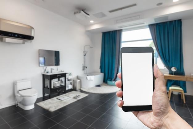 Com uma tela em branco na mão, o fundo de telefones inteligentes e banheiros é turva.