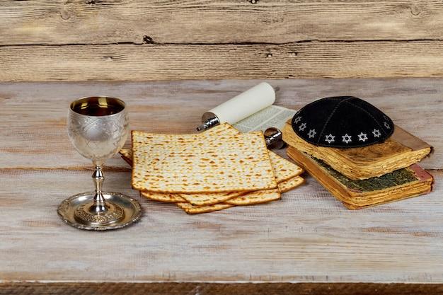 Com vinho e matzoh pão de páscoa judaica