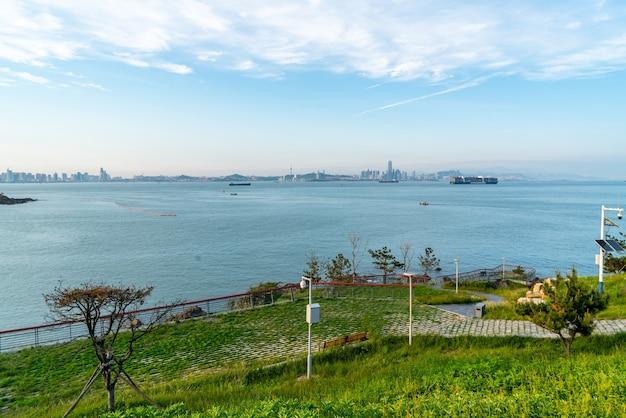Com vista para o horizonte da costa da cidade de qingdao