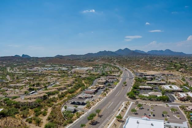 Com vista para uma pequena cidade uma fonte colinas no caminho mais curto hwy us 87 interchanges highways