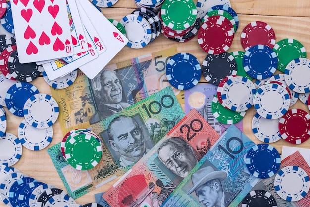 Combinação de cartas em dólares australianos com fichas de cassino
