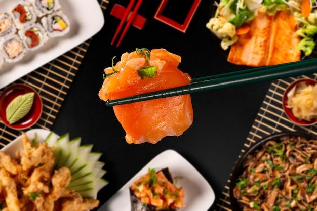 Combinação de comida japonesa em fundo preto