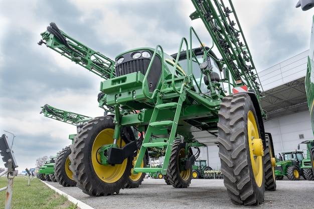 Combinação de equipamentos de colheita agrícola.