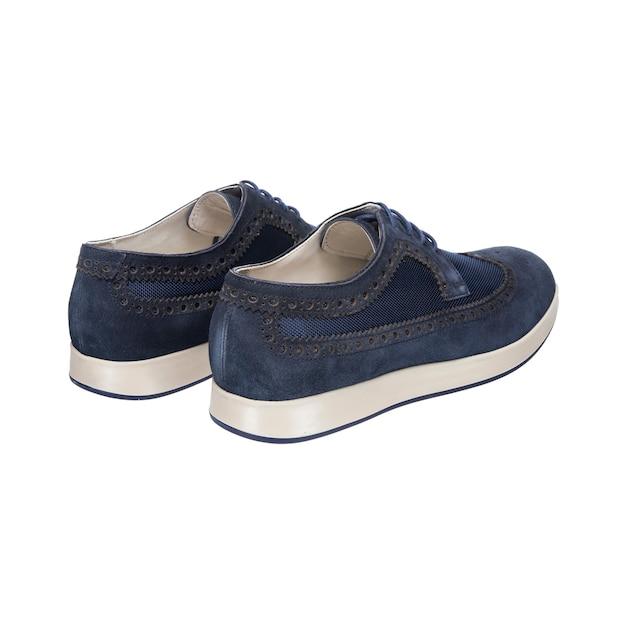 Combinação de sapatos masculinos com sola branca isolada na superfície branca