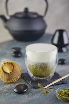 Combine o chá com uma capela e uma colher de bambu