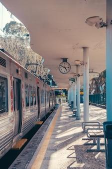Comboio de sintra para lisboa com relógio