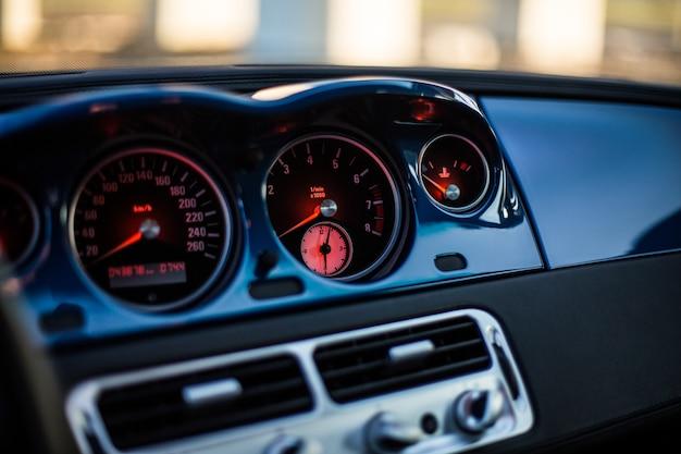 Combustível e velocímetro de um carro